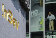 Imagen de archivo del logo de Anheuser-Busch InBev en la sede de la cervecera en Lovaina, Bélgica. 12 ago 2010. Anheuser-Busch InBev, la mayor cervecera del mundo, reportó el viernes uno de sus resultados trimestrales más débiles en años, ya que sus márgenes se hundieron en Brasil ante la presión de las bajas ventas, un atraso en las subidas de precios y ajustes de tipo cambiario. REUTERS/Jan Van De Vel