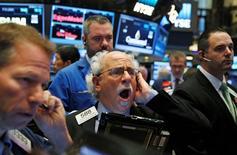 Трейдеры на Уолл-стрит. Фондовые индексы США укрепляются в пятницу, поскольку хорошие экономические данные указали на устойчивость американской экономики, в то время как оптимистичные результаты  Alphabet и Chevron компенсировали снижение сектора здравоохранения и акций Amazon.  REUTERS/Brendan McDermid