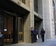 Полицейский у входа в офис Deutsche Bank в Нью-Йорке 8 декабря 2011 года. Власти США и Великобритании продвинулись в расследовании подозрений, что Deutsche Bank помогал клиентам в России маскировать сомнительные операции, и в первой половине следующего года может быть достигнуто соглашение об урегулировании этих претензий, сообщили осведомленные источники. REUTERS/Brendan McDermid