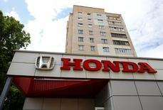 Honda a relevé lundi de 8,3% sa prévision de bénéfice d'exploitation annuel pour intégrer la hausse de ses ventes, notamment en Asie, qui devrait compenser l'impact de l'appréciation du yen. /Photo d'archives/REUTERS/Vasily Fedosenko