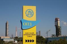 Вид на Одесский припортовый завод. Фонд госимущества Украины вновь выставит Одесский припортовый завод на продажу 14 декабря, выполняя решение правительства, которое две недели назад согласилось снизить стартовую цену в 2,5 раза до $200 миллионов в надежде возобновить масштабную приватизацию после десятилетнего перерыва.  REUTERS/Valentyn Ogirenko/File Photo