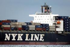 Контейнеровоз NYK Antares компании Nippon Yusen (NYK Line) в Токийском заливе 12 августа 2009 года.  Три ведущих японских перевозчика сообщили, что намерены интегрировать операции по перевозке контейнеров с целью создания шестого крупнейшего флота в мире. Такой шаг поддержит глобальную тенденцию к консолидации в индустрии, столкнувшейся с худшим спадом за всю историю. REUTERS/Stringer/File Photo
