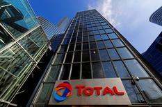 Vers 12h15, Total perd 1,25%. Le titre du groupe baisse comme l'ensemble des valeurs liées au pétrole (-0,7% à 49,36 dollars pour le baril de Brent). /Photo d'archives/REUTERS/Jacky Naegelen