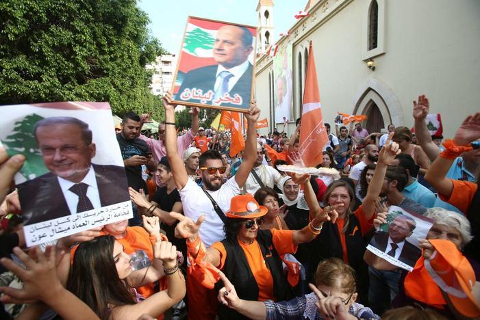 Sostenitori di Michel Aoun festeggiano l'elezione nell'area di Haret Hreik, periferia sud di Beirut, Libano.31 ottobre, 2016. Credits to: Khalil Hassan/Reuters.