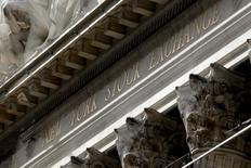 Wall Street a ouvert en très légère progression lundi, l'actualité fournie sur le front des fusions et acquisitions faisant un peu oublier la nervosité du marché à l'approche de l'élection présidentielle du 8 novembre. Le Dow Jones gagne 0,02%, à 18.164,34 points dans les premiers échanges. /Photo d'archives/REUTERS/Mike Segar