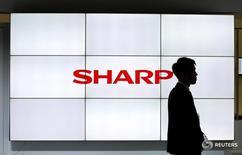 Логотип Sharp Corp на выставке CEATEC в Тибе 3 октября 2016 года. Японская компания Sharp Corp сообщила во вторник, что ждет первой годовой операционной прибыли за 3 года на фоне сокращений персонала и выхода из убыточного бизнеса по производству телевизоров в Северной Америке. REUTERS/Toru Hanai/File Photo