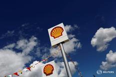 Логотип Shell на заправке в иле Чанаккале в Турции 25 апреля 2016 года. Англо-голландская нефтегазовая компания Royal Dutch Shell во вторник сообщила, что её чистая прибыль в третьем квартале выросла на 18 процентов, превысив прогнозы аналитиков, а также объявила, что капзатраты в следующем году окажутся у нижней границы прогноза. REUTERS/Murad Sezer/File Photo