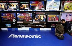 Телевизоры Panasonic в магазине Токио. Акции Panasonic Corp снизились во вторник на фоне реакции инвесторов на резкое ухудшение прогноза прибыли производителя электроники, спровоцированного высокими расходами на создание бизнеса автомобильных аккумуляторов. REUTERS/Toru Hanai/File Photo