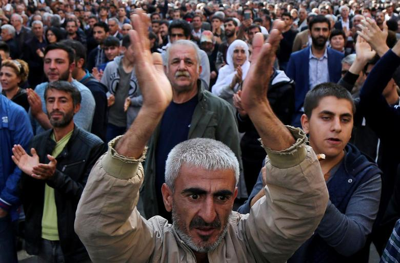 People applaud during a gathering to protest against the arrest of the city's two joint mayors on terrorism charges, in the southeastern city of Diyarbakir, Turkey, October 30, 2016. REUTERS/Sertac Kayar