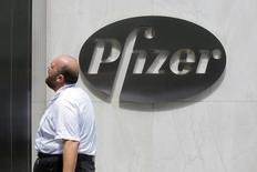 Мужчина проходит мимо офиса Pfizer в Нью-Йорке 1 августа 2016 года. Pfizer Inc, крупнейший производитель лекарств в США, во вторник отчитался о 38-процентном снижении квартальной чистой прибыли, что в основном вызвано расходами из-за обесценения активов, связанными с продажей подразделения инфузионной терапии Hospira. REUTERS/Andrew Kelly