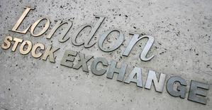 Les Bourses européennes ont effacé leurs gains initiaux mardi et évoluent en ordre dispersé à la mi-séance, avec de faibles variations qui trahissent un manque d'inspiration en dépit d'une ouverture attendue légèrement positive à Wall Street. À Paris, le CAC 40 abandonne 0,16% (6,99 points) vers 12h10 GMT. Le Dax-30 cède pareillement 0,12% à Francfort mais le FTSE-100 progresse de 0,22% à Londres, sous l'impulsion des valeurs minières et de Shell. /Photo d'archives/REUTERS/Luke MacGregor