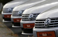 Les ventes de voitures neuves en Allemagne ont baissé de 5,6% en octobre par rapport au même mois de 2015, du fait d'un effet calendaire puisque le mois dernier comportait deux jours ouvrables de moins. Volkswagen, le leader du marché, a vu ses ventes chuter de 20%. /Photo d'archives/REUTERS/Wolfgang Rattay