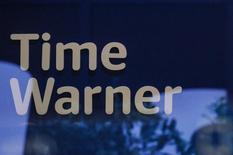 """Логотип Time Warner в магазине в Нью-Йорке.  Американский медиаконцерн Time Warner Inc, который был куплен телекоммуникационной компанией AT&T, в среду отчитался о лучших, чем ожидалось, квартальных прибыли и выручке, чему способствовал кассовый успех фильма """"Отряд самоубийц"""".  REUTERS/Stephanie Keith"""