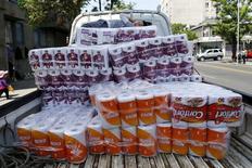 Papel higiénico elaborado por la forestal chilena Empresas CMPC sobre un camión en Santiago, nov 10, 2015. La forestal chilena Empresas CMPC registraría una ganancia de 62 millones de dólares para el tercer trimestre, apoyada principalmente en un positivo resultado de su negocio de derivados del papel, mostró el miércoles un sondeo de Reuters.  REUTERS/Ivan Alvarado