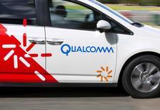 Фургон  Qualcomm в Сан-Диего. Американский производитель чипов для смартфонов Qualcomm Inc, который на прошлой неделе сообщил, что купит NXP Semiconductors NV примерно за $38 миллиардов, отчитался о превысившем прогнозы 13,3-процентном росте квартальной выручки благодаря сильному спросу, особенно в Китае.   REUTERS/Mike Blake
