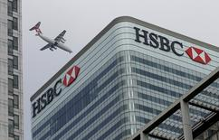 Le siège de HSBC dans le qurtier financier de Canary Warf, à l'est de Londres. Le Parquet national financier (PNF) a requis le renvoi en correctionnelle du groupe HSBC Holdings et de sa filiale suisse de banque privée dans l'enquête sur des soupçons de blanchiment de fraude fiscale par cette dernière en 2006-2007, a-t-on appris jeudi de source proche de l'enquête. /Photo d'archives/REUTERS/Peter Nicholls