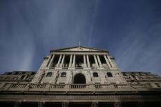 """En la imagen, el edificio del Banco de Inglaterra en Londres, el 3 de noviembre de 2016. El Banco de Inglaterra descartó los planes de reducir sus tasas de interés y dijo que decidiría el futuro de la política monetaria dependiendo de las previsiones de crecimiento e inflación para el 2017, después de la abrupta caída de la libra esterlina tras la votación en favor del """"Brexit"""". REUTERS/Peter Nicholls"""