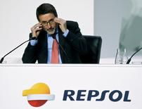"""En un mercado del petróleo a cuyos bajos precios se siguen adaptando las principales compañías del sector, la española Repsol  se apretó aún más el cinturón en el tercer trimestre para capear las pérdidas del área de """"upstream"""" y la erosión de márgenes en la de refino, su tabla de salvación desde que comenzó el desplome del Brent. En la foto, el consejero delegado de Repsol, Josu Jon Imaz, en la junta anual de accionistas en Madrid el 20 de mayo de 2016. REUTERS/Andrea Comas"""