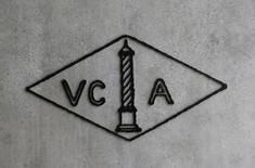 Le logo de Van Cleef et Arples, un fabricant de bijoux de Richemont. Le directeur général et directeur financier du groupe de luxe suisse démissionnera, avec près du tiers de conseil d'administration, l'an prochain dans un contexte de faiblesse chronique de la demande. /Photo d'archives/REUTERS/Denis Balibouse