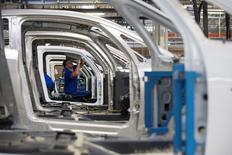 Un empleado en la planta de ensamblaje de la automotriz Renault en Dieppe, Francia, sep 1, 2015. La actividad del sector de manufacturas de la zona euro se aceleró el mes pasado a su ritmo más rápido en casi tres años, apoyada por el robusto desempeño de Alemania, mientras que las presiones inflacionarias mostraron señales adicionales de recuperación, indicó un sondeo publicado el miércoles.    REUTERS/Philippe Wojazer/File Photo