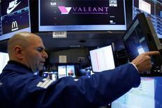 Le laboratoire canadien Valeant, à suivre mardi à Wall Street, coté sur le NYSE a publié des résultats trimestriels inférieurs aux attentes et réduit ses prévisions pour l'ensemble de l'exercice, des annonces qui font chuter de près de 10% son titre dans les échanges d'avant-Bourse. /Photo d'archives/REUTERS/Brendan McDermid