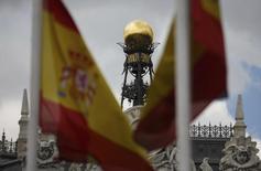 El Tesoro español está en conversaciones con los principales bancos nacionales para un préstamo de hasta 10.000 millones de euros a 18 días de plazo para cubrir a principios del próximo año un desfase entre ingresos y gastos del Estado con menor coste para las arcas públicas, explicó el lunes una fuente del Tesoro. En la imagen de archivo, la cúpula del banco central  entre dos banderas españolas en Madrid en junio de 2013. REUTERS/Sergio Perez