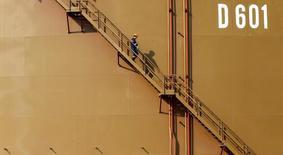 Рабочий спускается по лестнице нефтяного резервуара в турецком средиземноморском порту Джейхан. 19 февраля 2014 года. Цены на нефть падают в среду более чем на 3 процента на фоне подсчета голосов в США, показывающего неожиданные успехи кандидата в президенты Дональда Трампа в ряде ключевых для итогов голосования штатов. REUTERS/Umit Bektas/File Photo