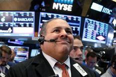 Трейдеры на фондовой бирже Нью-Йорка 9 ноября 2016 года. Рынок акций США резко вырос в среду, развернувшись на 180 градусов после панического падения на первых признаках победы Дональда Трампа на выборах президента накануне. REUTERS/Brendan McDermid
