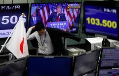 La Bourse de Tokyo a fini jeudi en hausse de près de 7%, effaçant ainsi la chute de 5,4% enregistrée la veille dans la foulée de la victoire surprise de Donald Trump à l'élection présidentielle américaine. /Photo prise le 9 novembre 2016/REUTERS/Toru Hanai
