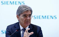 El conglomerado alemán Siemens dijo el jueves que planea sacar a bolsa pública su negocio de salud de 15.000 millones de dólares, un paso más para centrarse en sus principales negocios de automatización de fábricas, software industrial y tecnología energética. En la imagen, el consejero delegado de Siemens, Joe Kaeser, durante la rueda de prensa anual del grupo en Munich, el 10 de noviembre de 2016. REUTERS/Michaela Rehle