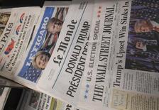 Британские издания мировых газет с заголовками о победе на президентских выборах в США Дональда Трампа в газетном киоске в Лондоне 10 ноября 2016 года. Доходность гособлигаций еврозоны достигла многомесячных пиков в четверг, взлетев вслед за рекордным за несколько лет ростом доходности гособлигаций США: инвесторы ждут, что протекционистская торговая политика и бюджетные расходы победившего на президентских выборах Трампа подстегнут инфляцию. REUTERS/Toby Melville