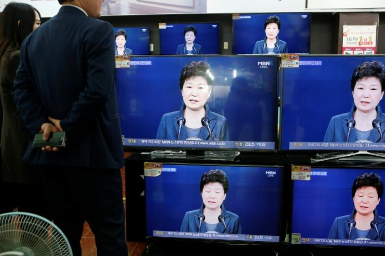 Employees watch television sets broadcasting a news report on President Park Geun-hye releasing a statement to the public in Seoul, South Korea, November 4, 2016.  REUTERS/Kim Hong-Ji