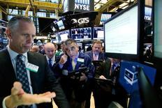 Le Dow Jones a atteint de nouveaux records à Wall Street jeudi,  dopé par le secteur bancaire revenu à son meilleur niveau depuis 2008, mais le Nasdaq a baissé sous la pression des valeurs technologiques qui ont continué de faire les frais des rotations sectorielles déclenchées par l'élection de Donald Trump à la Maison blanche. /Photo prise le 10 novembre 2016/REUTERS/Brendan McDermid
