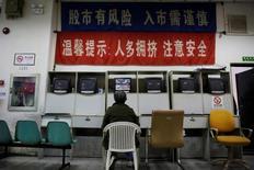 Инвестор изучает информацию о торгах в брокерском доме в Шанхае. Китайский фондовый рынок вырос до нового десятимесячного максимума по итогам торгов пятницы, так как подъем акций сырьевого сектора и сектора инфраструктуры способствовал повсеместному улучшению настроений на рынке, компенсировав продолжающееся ослабление юаня.   REUTERS/Aly Song