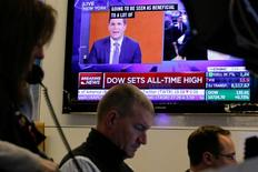 Трейдеры на фондовой бирже Нью-Йорка 10 ноября 2016 года. Индекс Dow Jones установил в пятницу рекорд роста, завершив лучшую с 2011 года неделю, на которой Дональд Трамп ошеломил мир победой на выборах президента США. REUTERS/Brendan McDermid