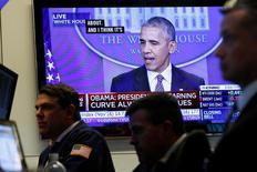 Трейдеры на фондовой бирже Нью-Йорка 14 ноября 2016 года. Индексы американского фондового рынка закрылись незначительными изменениями в понедельник после ошеломившей мир результатами президентских выборов. Снижение акций хай-тек компенсировали выросшие котировки банков и финансовых компаний: инвесторы ставят на рост процентных ставок ФРС. REUTERS/Brendan McDermid