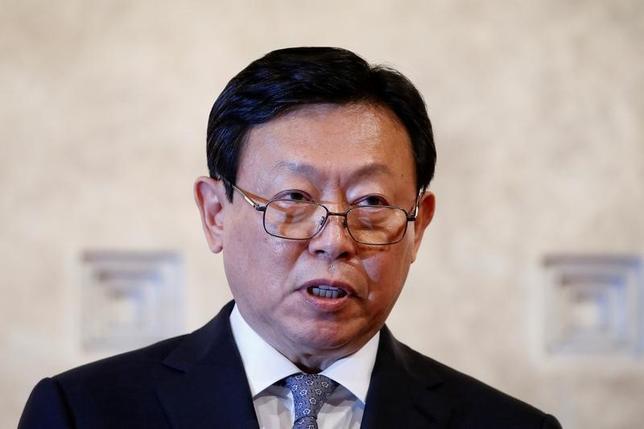 11月15日、韓国のYTNテレビは、朴槿恵大統領の友人、崔順実(チェ・スンシル)容疑者による国政介入疑惑をめぐり、ロッテグループ会長の重光昭夫(韓国名・辛東彬)氏(写真)が検察の事情聴取を受ける見通しだと伝えた。ソウルで10月撮影(2016年 ロイター/Kim Hong-Ji)