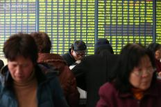 Инвесторы в брокерской конторе в Наньтоне 25 февраля 2016 года. Китайский фондовый рынок снизился по итогам торгов вторника, прервав трехдневную серию роста, поскольку инвесторы фиксировали прибыль в акциях сырьевого сектора после обвала на фьючерсном товарном рынке страны. REUTERS/China Daily