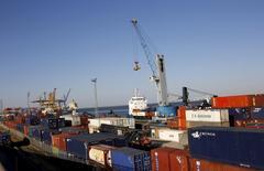 La croissance de l'économie du Portugal a connu une nette accélération au troisième trimestre grâce à un bond des exportations. Le produit intérieur brut (PIB) a progressé de 0,8% d'un trimestre sur l'autre et de 1,6% sur an sur la période juillet-septembre /Photo d'archives/REUTERS/Hugo Correia