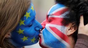 """Dos activistas con sus rostros pintados con la bandera de la UE y del Reino Unido se besan frente a la Puerta de Brandeburgo para protestar contra el """"Brexit"""", en Berlín, Alemania, June 19, 2016. Reino Unido no tiene un plan global para salir de la Unión Europea y la estrategia para el """"Brexit"""" podría tardar otros seis meses debido a las divisiones en el gobierno de la primera ministra Theresa May, según un memorando filtrado al que tuvo acceso la BBC y The Times. REUTERS/Hannibal Hanschke/File Photo"""