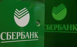 Логотип Сбербанка на банкоматах в отделении банка в Москве 10 июня 2016 года. Сбербанк немного улучшил оценку достаточности основного капитала на 2016 год до более 11 процентов против более 10,5 процентов, прогнозировавшихся по итогам второго квартала, следует из материалов банка. REUTERS/Maxim Shemetov