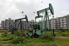 Нефтяные насосы Oil and Natural Gas Corp's (ONGC) в окрестностях города Ахмадабад, Индия. Цены на нефть выросли более чем на 3 процента во вторник, отскочив от многомесячных минимумов, на фоне ожиданий, что ОПЕК реализует планируемое соглашение об ограничении добычи позднее в ноябре.  REUTERS/Amit Dave