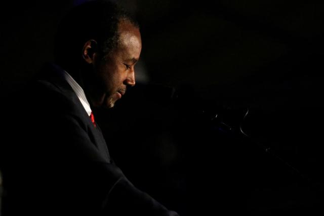 Ben Carson introduces Republican presidential nominee Donald Trump during a campaign rally in Manchester, New Hampshire, U.S., August 25, 2016.   REUTERS/Carlo Allegri