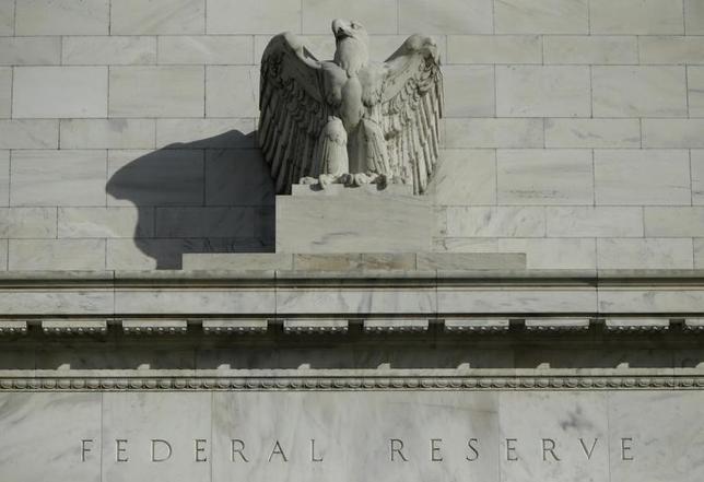 11月16日、米セントルイス地区連銀のブラード総裁は、12月に行われる可能性のある1回の利上げが、おそらく金融政策を中立にするのに十分だろうとの見解を示した。写真はワシントンのFRBビルで2014年10月撮影(2016年 ロイター/Gary Cameron)