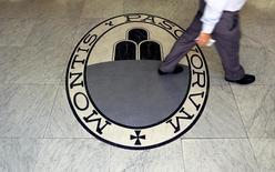 La banque italienne Monte dei Paschi di Siena compte lancer le 28 novembre son plan vital de conversion de dette en actions, moins d'une semaine avant le référendum constitutionnel auquel le président du Conseil Matteo Renzi a lié son sort. /Photo d'archives/REUTERS/Alessandro Bianchi