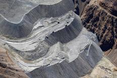 Una vista aérea a la mina de cobre Los Bronces cerca de Santiago, Chile,  17 de noviembre, 2014.  La minera global Anglo American informó el miércoles que un grupo de encapuchados irrumpió en las instalaciones de su yacimiento chileno Los Bronces, por lo que evaluaba el impacto de la protesta en sus operaciones.  REUTERS/Ivan Alvarado/File Photo