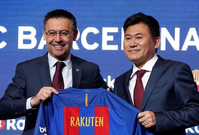 11月16日、サッカーのスペイン1部、バルセロナは、日本のインターネット通販大手の楽天と4年間のスポンサー契約に合意したと発表した。写真はバルセロナのバルトメウ会長(左)と楽天の三木谷会長兼社長(2016年 ロイター/Albert Gea)