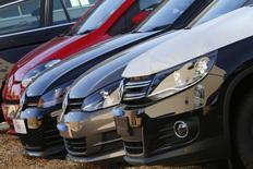 Les immatriculations de voitures neuves dans les 28 pays de l'Union européenne et ceux de l'Association européenne de libre-échange (Islande, Norvège et Suisse) ont baissé de 0,3% à 1,141 million d'unités en octobre. /Photo d'archives/REUTERS/Stefan Wermuth