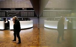 Трейдер в помещении фондовой биржи во Франкфурте-на-Майне 9 ноября 2016 года. Европейские фондовые индексы повышаются в четверг на фоне отскока вверх акций сырьевого сектора, тогда как стоимость бумаг южноафриканской финансовой группы Investec, отчитавшейся о росте полугодовой прибыли, поднялась до полугодового максимума. REUTERS/Kai Pfaffenbach