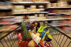"""En la imagen, un carrito en un supermercado el 19 de mayo de 2015 en Londres. Las ventas minoristas en Reino Unido crecieron en octubre, cuando el frío impulsó la venta de ropa y los supermercados se beneficiaron de """"Halloween"""", impulsando el crecimiento anual de las ventas a su nivel más alto en más de 14 años.REUTERS/Stefan Wermuth/File Photo"""